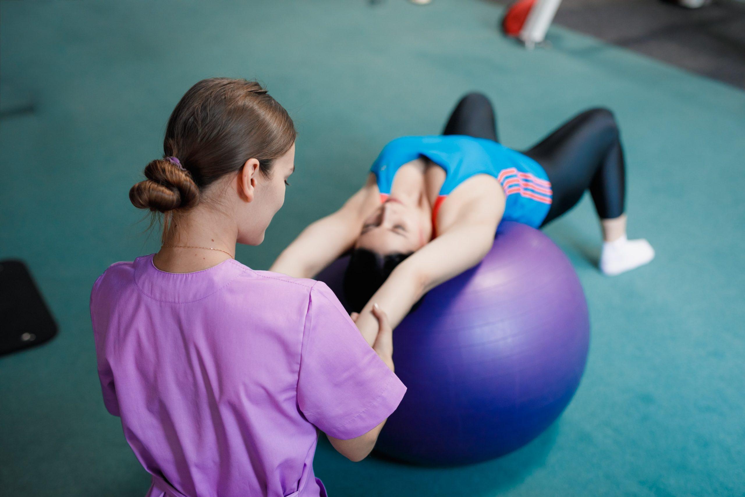 Врач занимается лечебной гимнастикой
