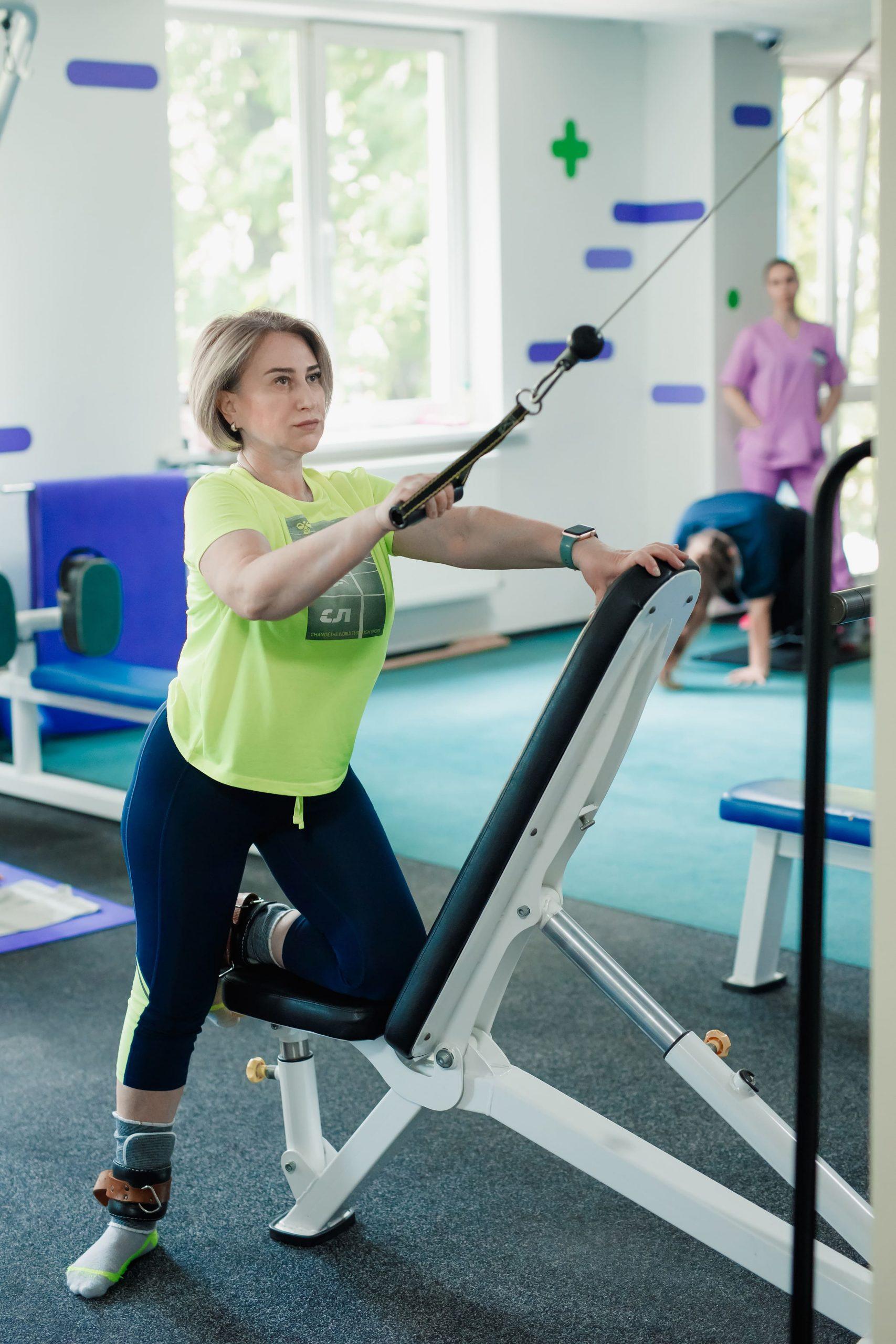 Женщина занимается гимнастикой