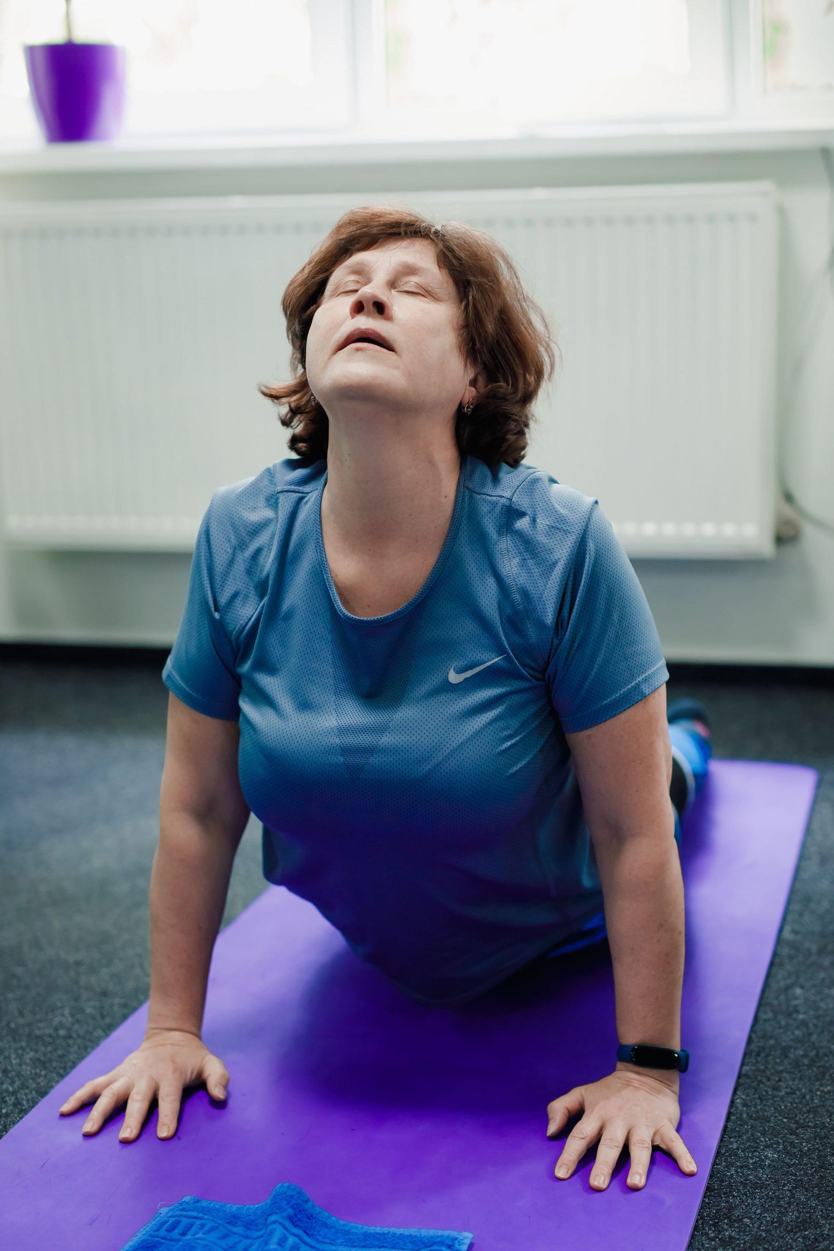 Женщина занимается лечебной гимнастикой